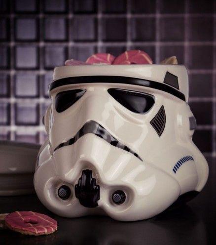 Les soldats de l'Empire galactique débarquent dans votre cuisine ! Cette boîte à gâteaux qui reprend le design en 3D du casque des Stormtroopers risque de faire fondre tous les fans gourmands de Star Wars.