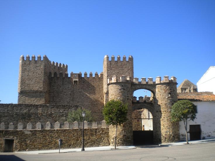 """Castillo de Monroy, del siglo XIV y reconstruido en el siglo XV, e incluso en el siglo XX. Actualmente es de titularidad privada y en sus orígenes fue residencia de Hernando de Monroy """"el Bezudo"""", primo de Hernán de Monroy """"el Gigante"""" y de Alonso de Monroy."""