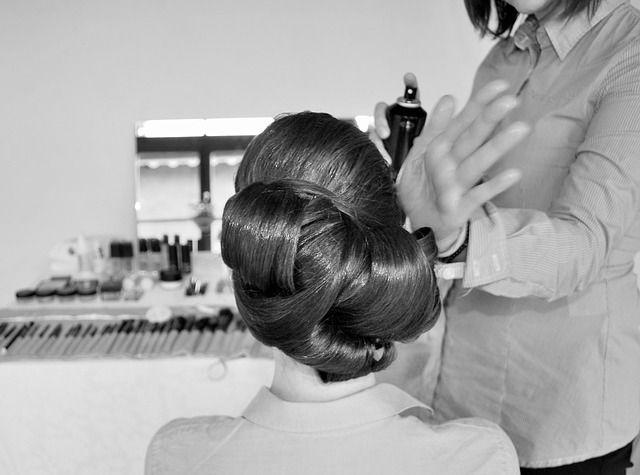 Fryzury ślubne. #FryzurySlubne #FryzuraSlubna #slub Dobór odpowiedniej fryzury ślubnej to bardzo trudne zadanie. Obowiązująca moda ślubna nie dyktuje sztywnych reguł czy zasad. Najważniejsze jest, aby fryzura pasowała do stylizacji Panny Młodej. Wyróżnić można wiele form uczesań. Do najpopularniejszych należą włosy luźno rozpuszczone, koki, warkocze. W ostatnim czasie coraz bardziej modne są fryzury retro, bezpośrednio nawiązujące do XX wieku. Uległy jedynie niewielkim modyfikacjom.
