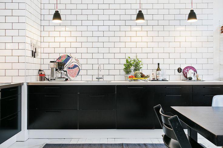 Fint renoverat kök med starka kontraster