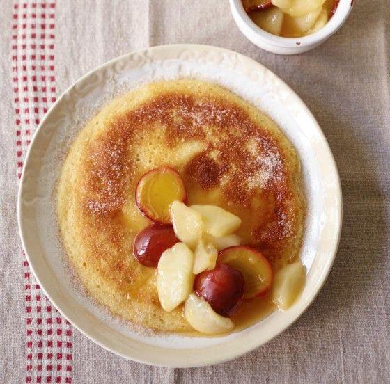 Pfannkuchen auf edel getrimmt: dank Hefe besonders fluffig und mit Obstkompott ganz fein.