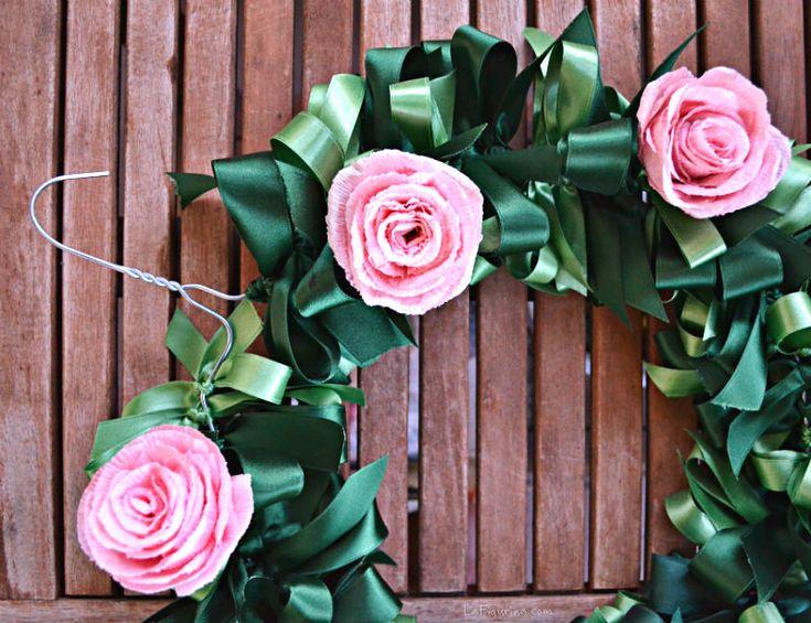 Come riciclare una gruccia in metallo? Si potrebbe utilizzare come base per una bella ghirlanda di fiocchi e fiori di carta, che ne pensate? http://www.lafigurina.com/
