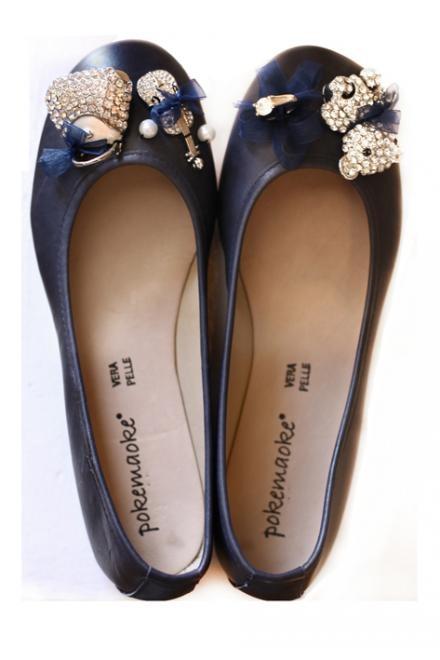 Ballerina blu con decorazione gioiello.         Le ballerine sono disponibili nei numeri dal 36 al 41, nelle varianti di  colore blu,nero,camel e grigio/taupe. Prezzo: 149,00 Euro