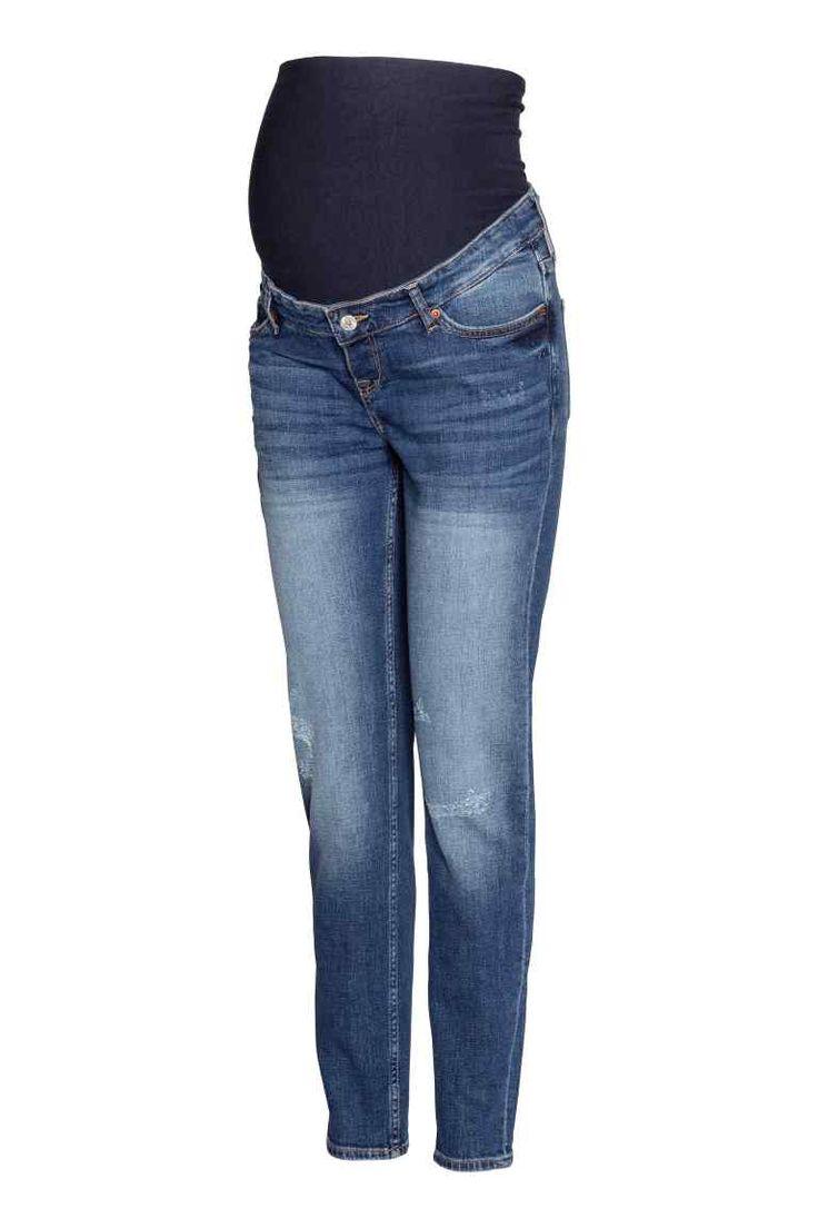 MAMA Dżinsy Boyfriend Trashed: Dżinsy z 5 kieszeniami ze spranego, elastycznego denimu z detalami mocnego zużycia. Szeroki ściągacz w talii zapewnia maksymalną wygodę, zwężane nogawki.