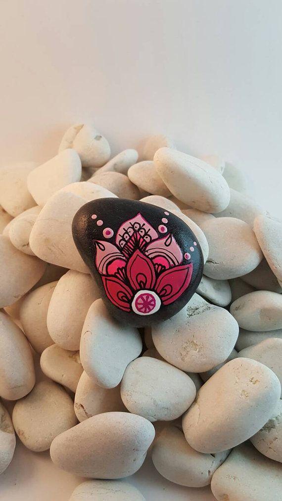Mandala pintado en piedra de basalto, los mismos se utilizan para los masajes con piedras. Piedras de basalto son reconocidos para absorber energía y para limpiar rápidamente, ya que pueden absorber calor durante los masajes. Pintura sobre piedras es una meditación, un momento en se concentran y toma tiempo para vivir el sentido completo. Es por lo tanto con una energía constantemente renovada que crear cada piedra Mandala, para que pueda disfrutar tanto como a mi!  Cada piedra es totalmente…