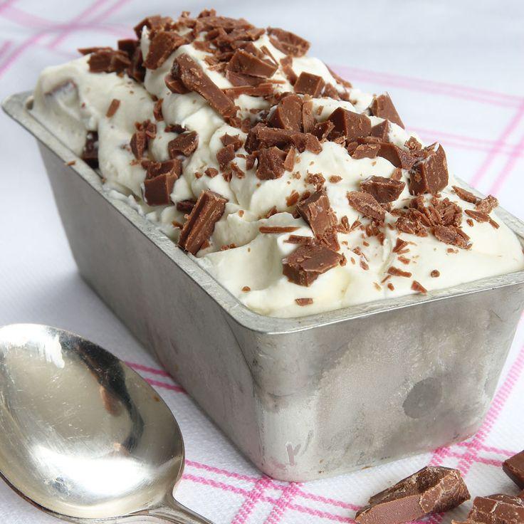 Lättgjord, krämig glass med hackad mjölkchoklad –så galet god!