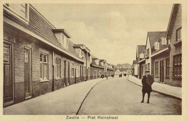 Gezicht in de Piet Heinstraat, ca. 1935 naar het noordwesten gezien. De Piet Heinstraat in de Zeeheldenbuurt werd aangelegd tusssen 1922 en 1930.