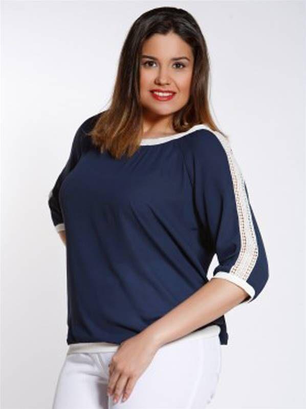 Blusa de color azul marino con detalles de guipur en talla grande de SPG