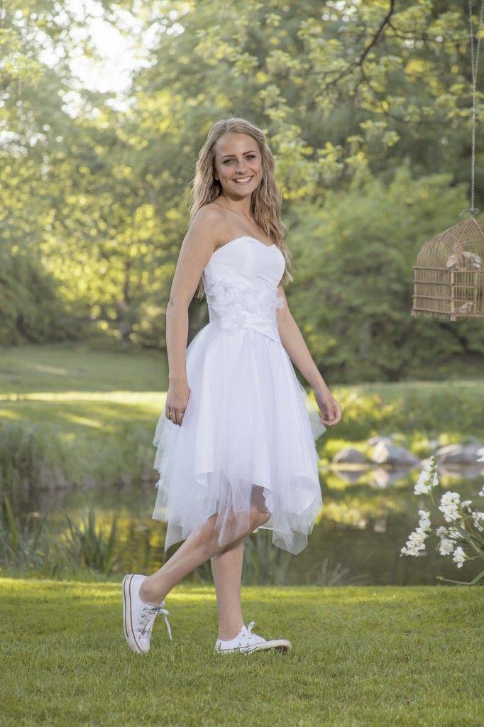 Luxux Konfirmation 2014 Confi 31: Supersød kjole med et tyllskørt i flere asymmetri-ske lag. Den har påsatte blomster med krystaller og snøre i ryggen.