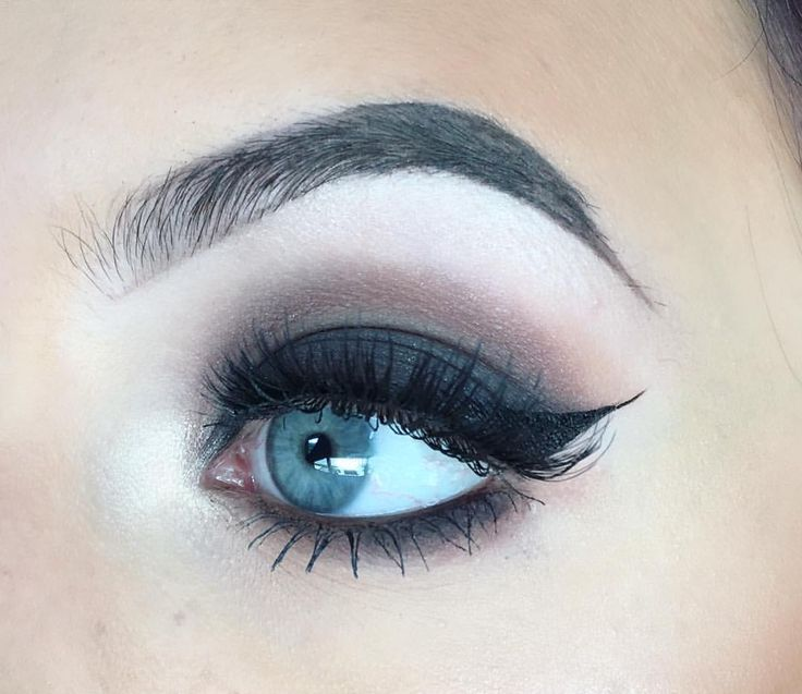 """(@elysian.artistry) on Instagram: """"Haven't used any black eyeshadow in a while #blog #blogger #makeupblogger #makeupblog…"""" Smokey eye cat eye eyeliner"""
