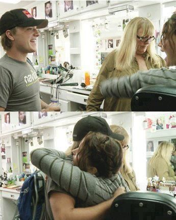 """Josh and Jen's reunion for """"Catching Fire"""" shooting! So sweet!"""