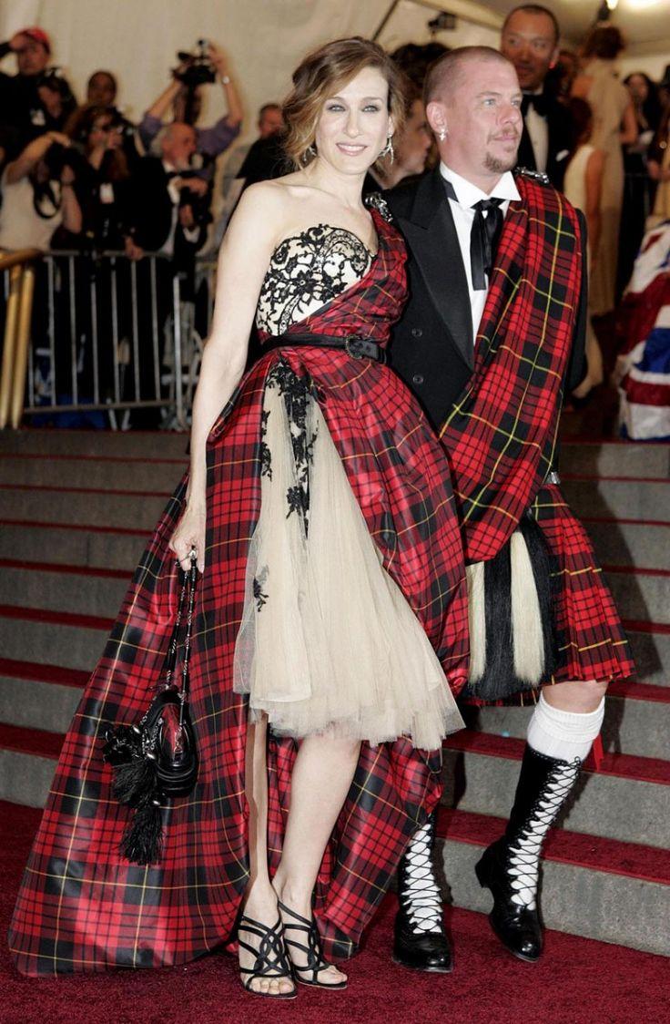 Sarah Jessica Parker (L) and fashion designer Alexander McQueen