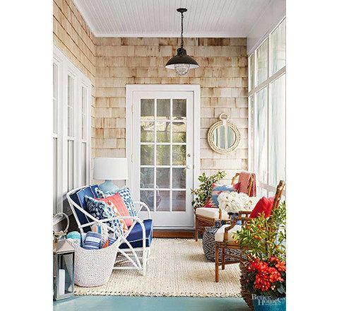 Com madeira pintada, rattan e móveis que poderiam estar dentro de casa, o espaço foi decorado para recepções de veraneio