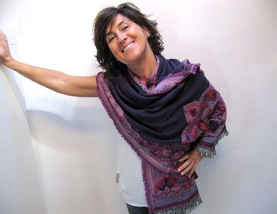 Es un pañuelo tejido de lana y algodón de tonos morados y sobre el que se han bordado a mano motivos florales. De tacto suave y agradable puede