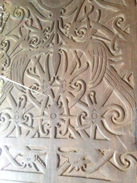 Detalle de comedor trozo madera tallado de la Isla de Kalimantan