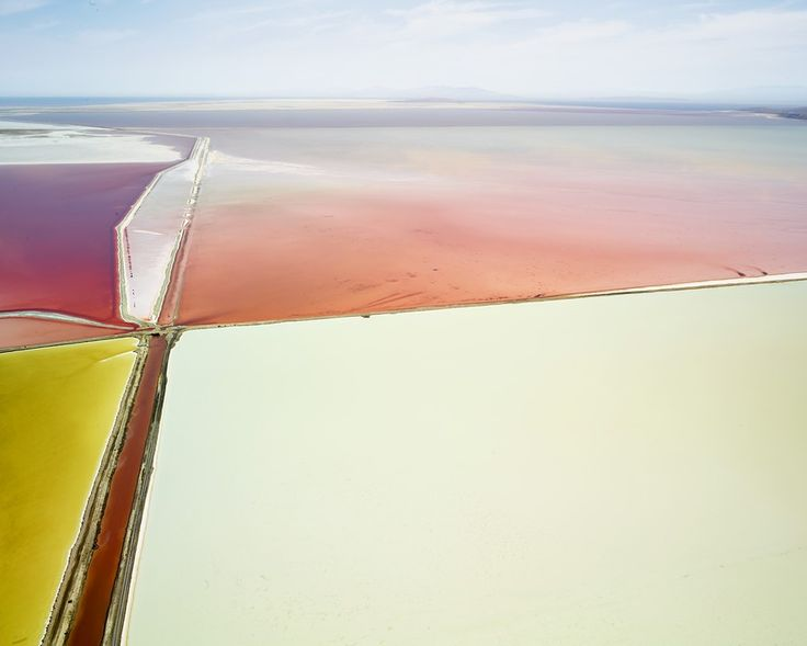 Ландшафтный фотограф Дэвид Бурдени снял свысоты птичьего полета Большое Соленое озеро— самое крупное взападном полушарии соленое озеро, расположенное вштате Юта назападе США.