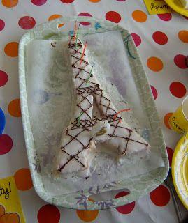 Mère et fille en cuisine: Un gâteau d'anniversaire en forme de tour Eiffel