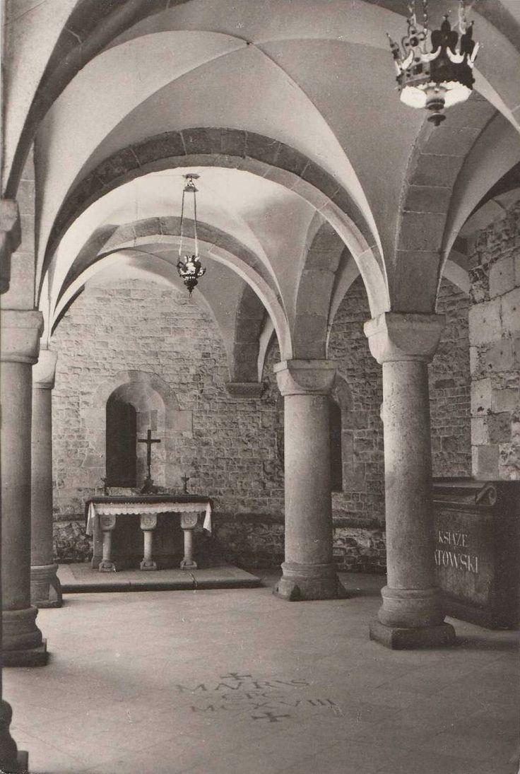 krypta św. Leonarda, ostatek po katedrze wawelskiej ufundowanej przez Władysława Hermana, 1 poł. XII wieku; kostkowe kapitele, gurty i krzyżowe sklepienie
