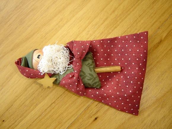 Cheirinho de Papai Noel em tecido 100% algodão nacional e/ou importado, cabeça em madeira pintada à mão. R$29,00