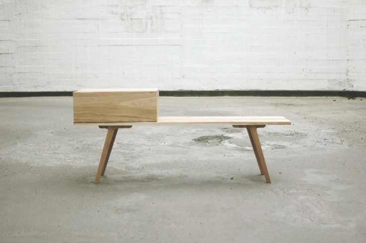 Mesa tipo auxiliar, pero a la vez como Arrimo bajo. El módulo es opcional. Está fabricada íntegramente en Aromo australiano macizo. Medidas en cms: Largo 130 / Alto 56 / Ancho 35.