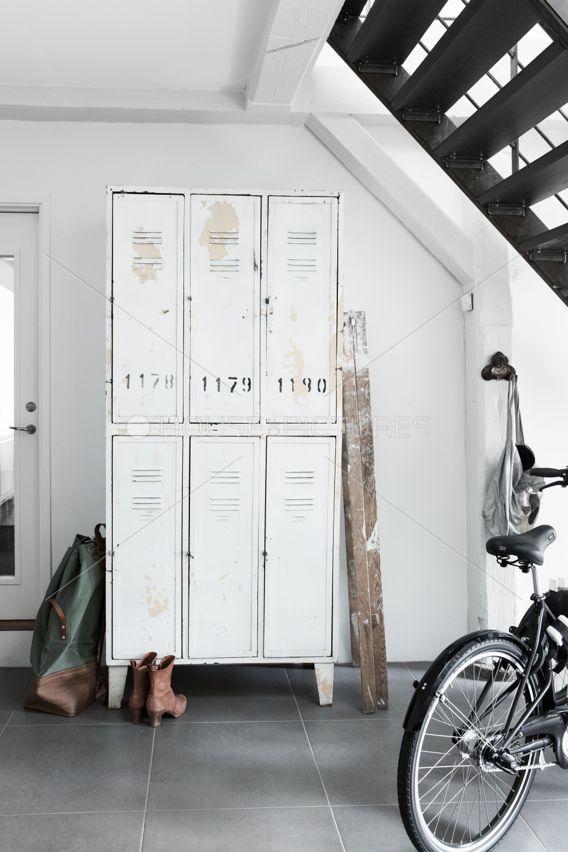 C'est mon apparement garage. Je partage avec autre gens dans mon bâtiment. Je fais du vélo tous les travail donc mon vélo est dans la garage. Je ne suis pas ici souvent. Je habilité dans une ville belle donc Je marche beaucoup.