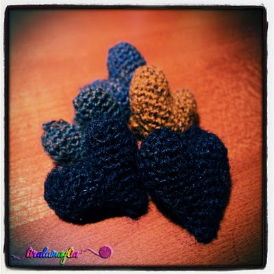 Little wool heart > http://tiralamaglia.blogspot.it/2011/12/cuoricini-di-lana.html  Piccoli cuoricini in lana.