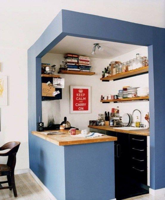 petite cuisine avec de l'idée!! keep calm, carry on, déjà un beau programme!! j'adore aussi les étagères le long du mur , aériennes, sympas..