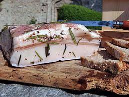 """LARDO d'Arnad: la prima citazione si ha in un documento del 1570. Aromatizzato con aglio, rosmarino, alloro, chiodi di garofano, cannella, ginepro, salvia, noce moscata e achillea millefoglie.  Stagionato in """"doil"""" fabbricato in passato in legno di castagno, ricoprendolo con la miscela di spezie e aggiungendo una salamoia fatta con acqua, sale grosso e ancora parte delle spezie. Il tutto rimane chiuso a stagionare per almeno tre mesi."""