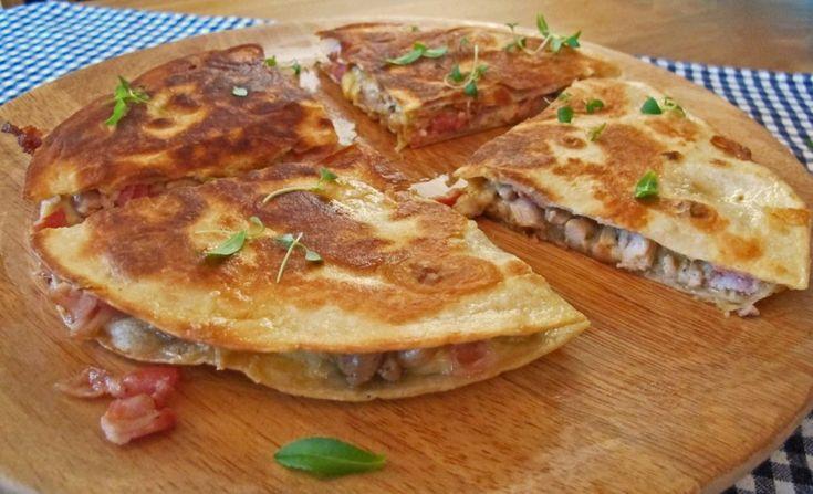 Quesadilla er en meksikansk matrett som tradisjonelt fylles med ost og annet fyll. Servert varme med den smeltede osten inni, smaker de bare helt fabelaktig