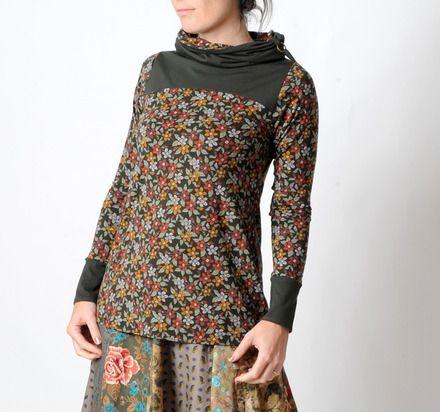 Top femme long, créé à partir d'un tissu jersey souple vert kaki fleuri et d'un tissu jersey kaki uni. Il comporte un col large maintenu par des liens et une boucle en métal br - 19656066