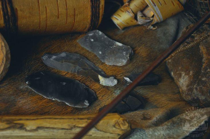W terenie bardzo przydatna jest umiejętność samodzielnego wytwarzania narzędzi. Wykonanie przedmiotów z metalu jest jednak utrudnione, gdyż wymaga to odpowiedniego sprzętu do obróbki, a i sam surowiec jest trudny do pozyskania. Jednak przez setki tysięcy lat człowiek radził sobie bez niego, wykonując narzędzia z kamienia, drewna i kości. Są to surowce dostępne w terenie, łatwe …