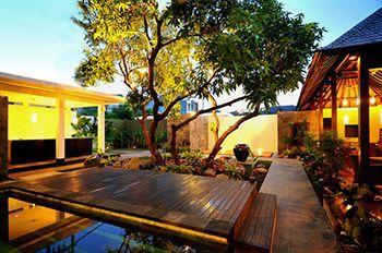 Tidak diragukan lagi, Gosyen Hotel Bali merupakan salah satu hotel budget terbaik di kawasan Kuta. Lokasi strategis, fasilitas lengkap, dan staf yang ramah menjadi daya tarik utama dari hotel ini. Hotel ini dapat dicapai dengan mudah dari bandara. Karena lokasinya dekat jalan raya, supir taksi akan menemukan hotel ini dengan mudah.  Gosyen Hotel Bali tergolong hotel baru sehingga bagian-bagian hotel masih sangat bersih dan terawat. Kamar-kamar yang tersedia juga cukup luas untuk ukuran hotel…