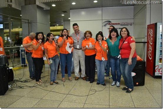 Pasajeros de Conviasa disfrutaron de parranda navideña organizada por trabajadores - http://www.leanoticias.com/2012/12/19/pasajeros-de-conviasa-disfrutaron-de-parranda-navidena-organizada-por-trabajadores/