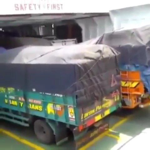 Omg - - - #crash #car #cars #luxury #safety #safe #safetyfirst #truck #trucks #accident #rim #rims #wheels #boost #boosted #exhaust #jdm #supercar #tuning #parts #osha #workers #driver #mechanic #osha #workers #ship #boat #waves