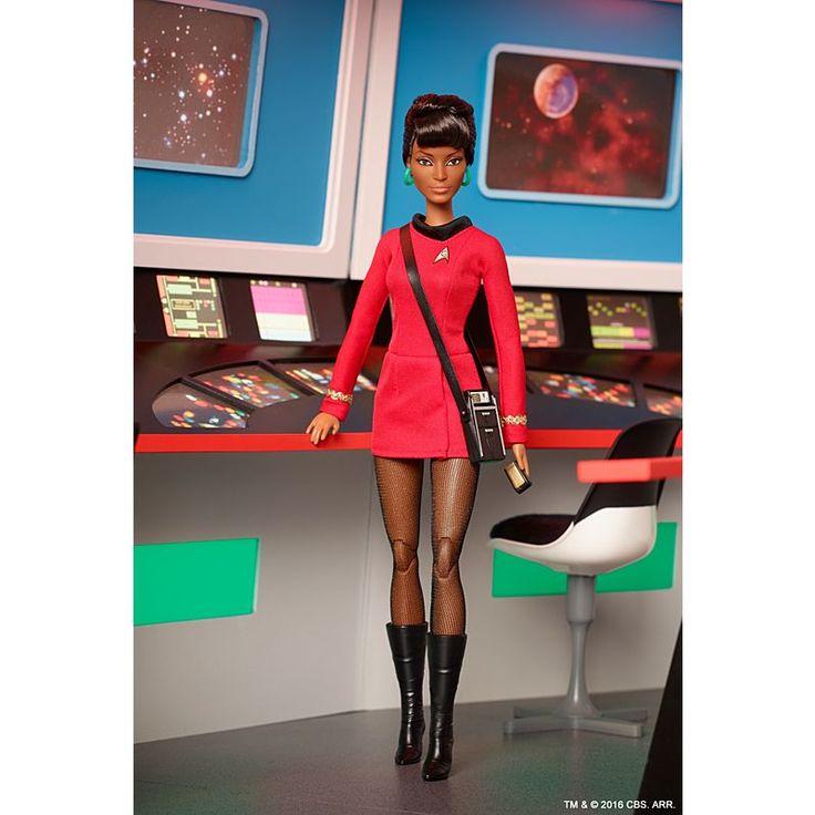 Image for BRB STR TRK UHURA DL from Mattel. Personaje de STAR TREK serie de T.V. memorable por su actuación en los 60's de avanzada, abriendo puertas y caminos a las actrices morenas.