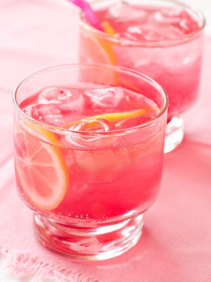 La limonada de rosa tiene un color que lo hace ver más atractivo para la vista de cualquiera al cambiar de los tradicionales colores de las bebidas.