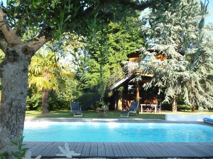 Cabane dans les arbres à Port-Saint-Père située à mi-chemin entre Nantes et la côte, cette charmante cabane perchée dans les arbres sur pilotis face à la piscine. Un vrai havre de paix !