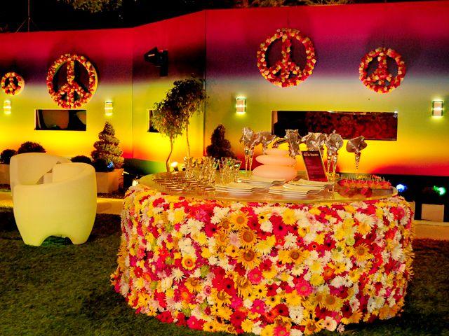 As mesas são decoradas como um grande jardim florido
