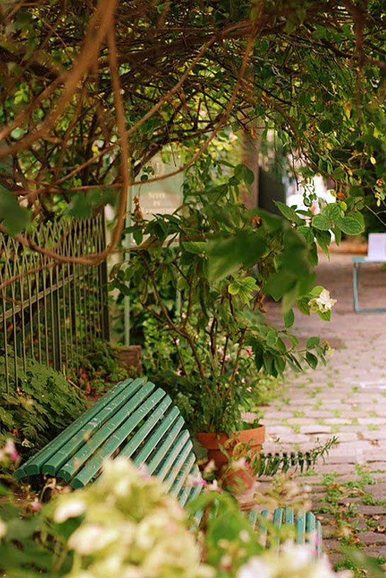 Au fond d'un passage de la rue Chaptal se déploient quelques tables entourées de fleurs et de quiétude. L'endroit idéal pour s'offrir un thé glacé et un crumble aux fruits, au son des chuchotements des arbres. Un petit bout de campagne en plein 9è arrondissement.    Le Café du Musée de la Vie Romantique, 16 rue Chaptal 75009.