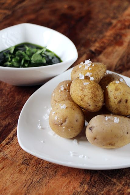 Spanische Tapas: Salzkartoffeln mit Mojo Verde