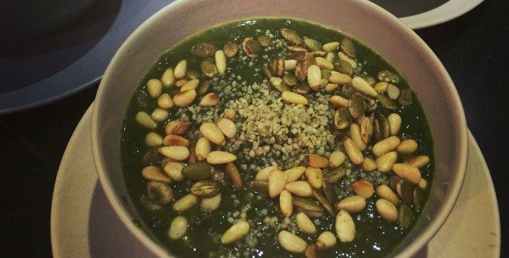 Deze spinazie detox soep is een receptje dat ik vorig jaar tijdens mijn detox tegen kwam. Een soepje boordevol vitamines en voedingsstoffen.