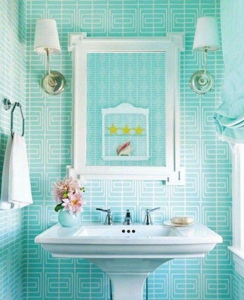Интерьер ванной комнаты с белым и цветом морской волны