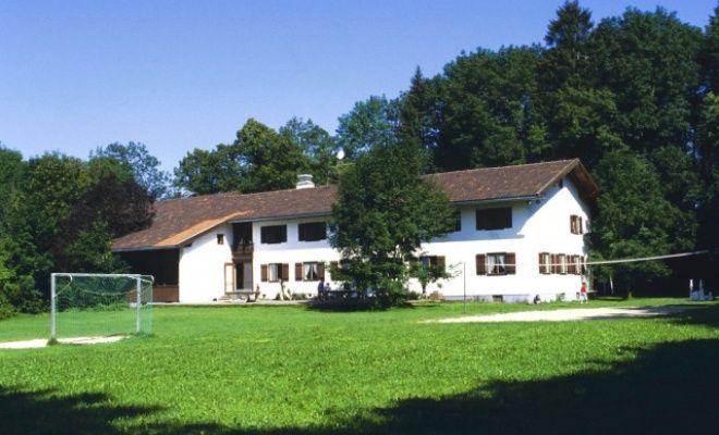 Neu designtes Haus in den Alpen: Jugendherberge Lenggries. Das Haus ist idealer Ausgangspunkt für alle Sommer- und Wintersportarten.