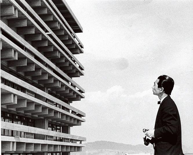 写真を愛し、自作や日本の古建築などを撮り続けていた丹下健三。桂離宮の写真集に関わったこともある。この展覧会は多くの未発表写真や、トリミングの指示が入ったコンタクトシートから丹下の視線を追うもの。丹下が自作のどこを重視していたのか、ル・コルビュジエなど他の建築作品をどう見ていたのかが明らかになる。