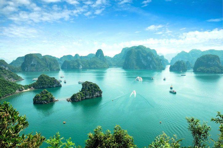 Vietnam ist einfach nur atemberaubend. Oben siehst Du Ha Long Bay, eine türkisblaue Bucht mit riesigen Kalkstein-Inseln. Buchten wie diese gibt es hier an vielen Ecken. Und Kambodscha ist erschwinglich: Hier steht, wie viel Geld Du ungefähr brauchst. Kleiner Tipp: Dein neues vietnamesisches Lieblingsessen, dessen Namen Du schon bald richtig aussprechen können wirst, bekommst Du schon für weniger als einen Euro oder 22,000 vietnamesische Đồng.