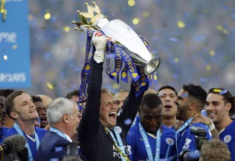 Kasper Schmeichel lifts the trophy