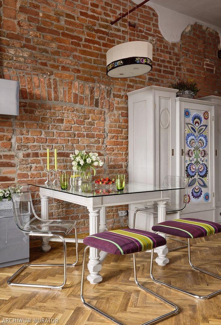 Ludowe motywy/strong nadają wnętrzu chrakter i pasują nawet do nowoczesnych wnetrz. strongDekoracje wnętrz/strong w stylu folk będą ciekawą i kolorową odmianą. Takie dekoracje wnętrz z ludowym motywem mogą znaleźć się na meblach, poduszkach, zasłonach i ścianiach. Zobacz pomysły na ludowe dekoracje!