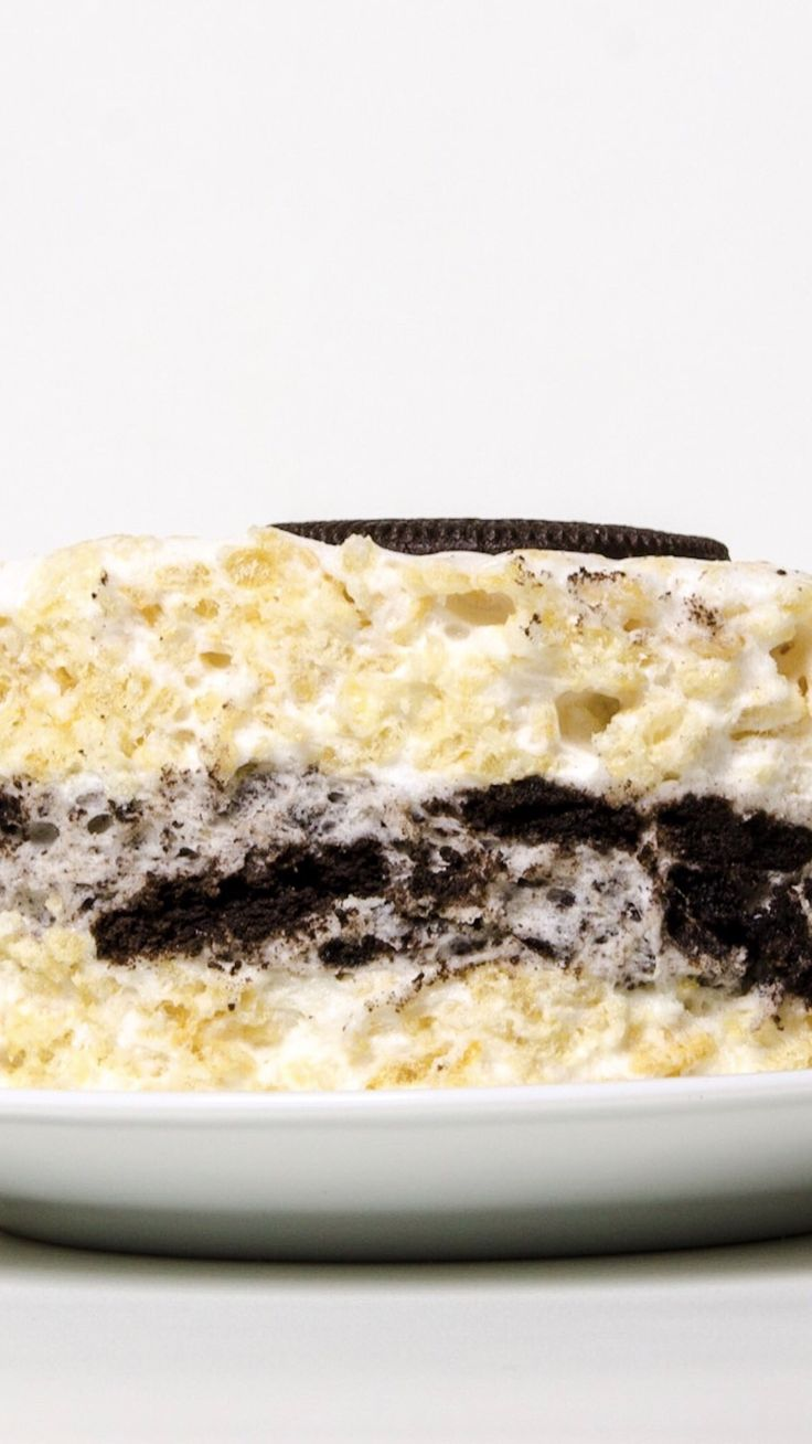 CRISPY CAKES COOKIES AND CREAM 😍 These distinctively fluffy marshmallow rice crispy treats feature a decadent cookies-and-cream filling and a topping of one whole chocolate sandwich cookie. All you need to wash it down is a glass of milk! #NationalOreoDay