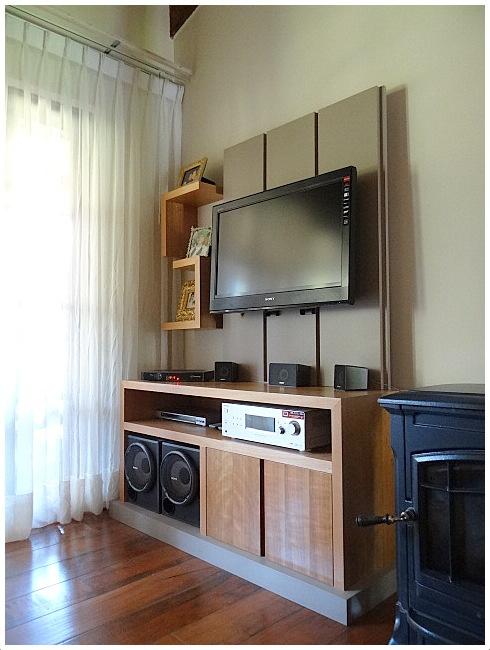 Sistema de muebles con panel lacado para TV y Musica.  Mueble base enchapado en madera natural, con tirador oculto en vertical. Base de mueble lacada.