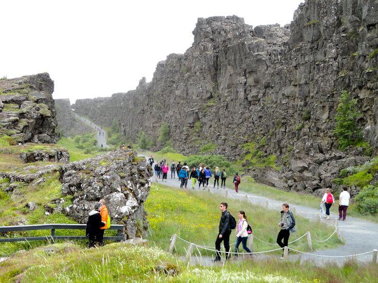 """Faille d'Almannagjá et le Lögberg, le """" Rocher de la loi """". Parc national de Þingvellir."""